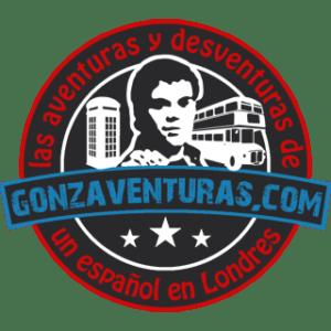 Gonzalo, creador de gonzaventuras.com con una cabina y un autobus de Londres