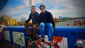 Oscar y Gonzalo empezando una ruta en bici por el Támesis en Londres