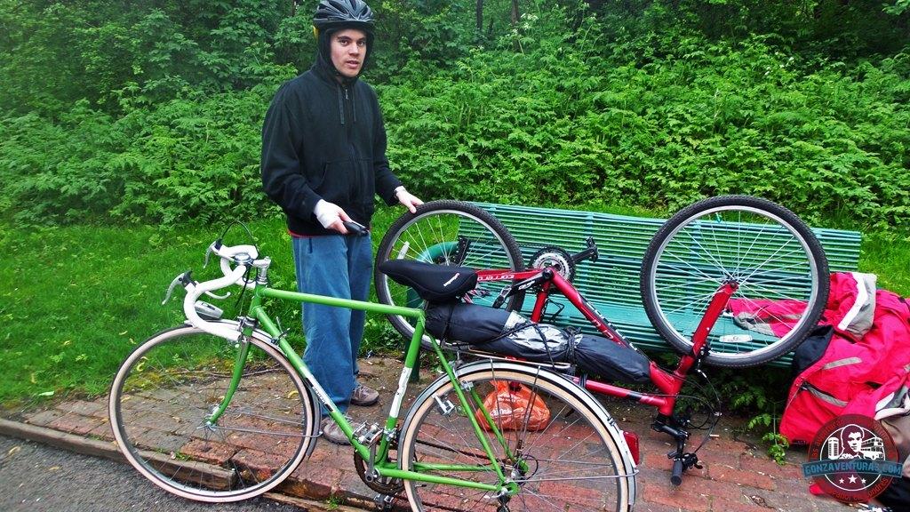 Reparando el pinchazo de la bici cerca del Támesis