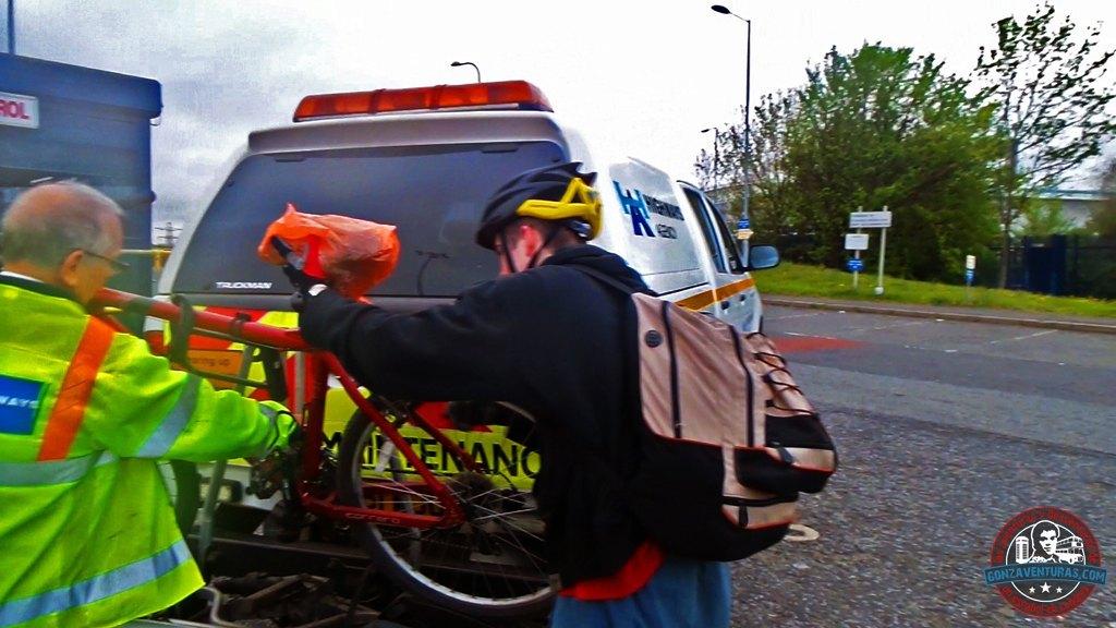 Cargando la bici en el portaequipajes de una Pickup del mantenimient de autopistas de UK