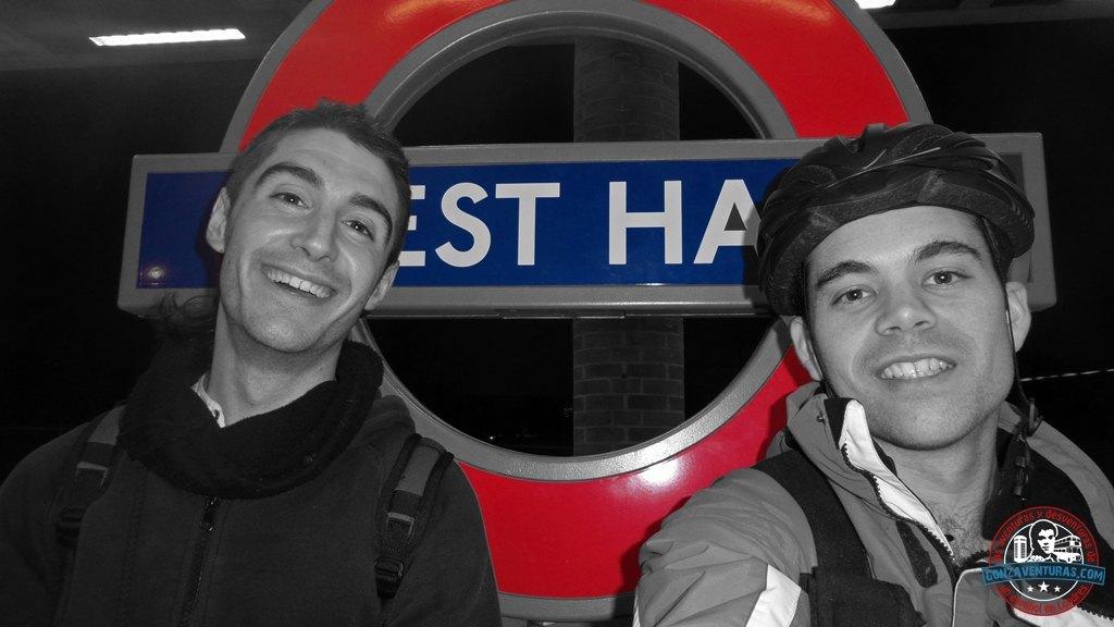 Oscar y Gonzalo esperando al metro en la estación de west ham