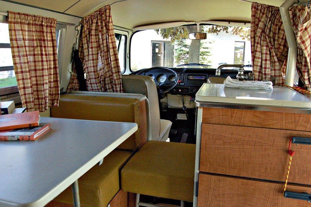 interior-furgoneta-camper-para-viajar