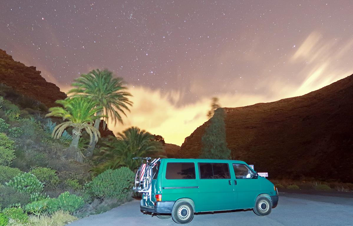 Furgoneta camper aparcada durante la noche
